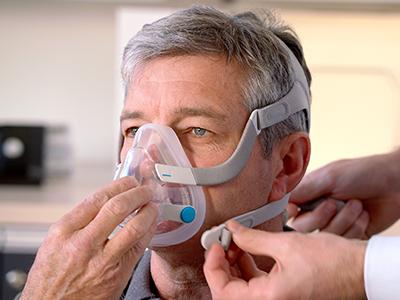 Patient wird eine Full Face Maske angepasst