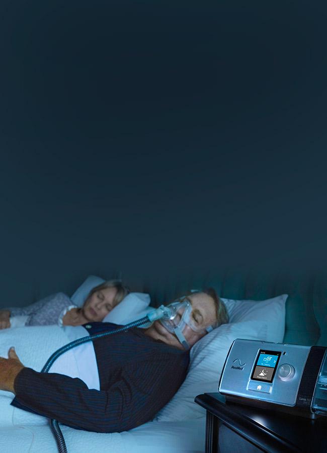 Patient wird nachts mit Lumis nicht-invasiv beatmet