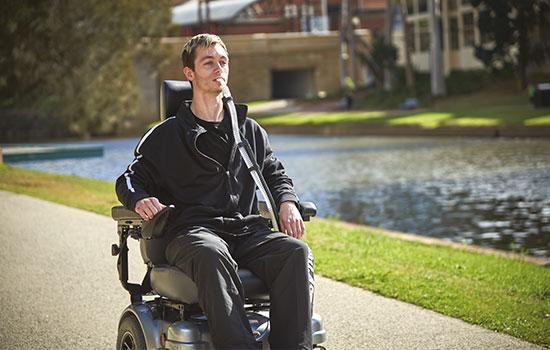 Patient mit neuromuskulärer Erkrankung im Rollstuhl