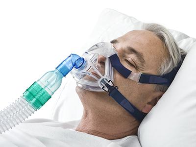 Mann trägt eine Maske ohne Luftauslassöffnungen