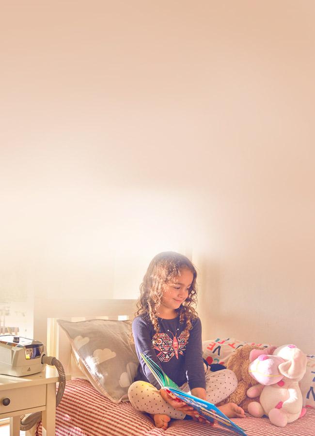 Mädchen wird mit Stellar Beatmungsgerät zu Hause nicht-invasiv beatmet