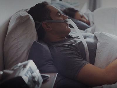 Schlafapnoe-Patient therapiert mit Nasenpolstermaske